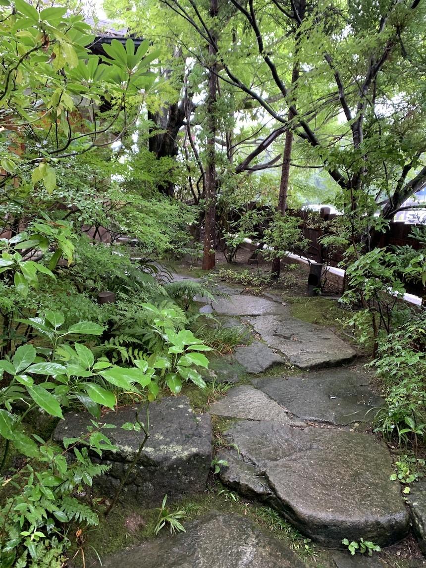 緑に囲まれた癒しのカフェ「森の響」|日進市